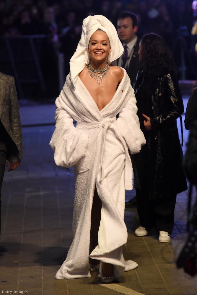 Olyan szempontból bejött a számításunk, hogy nemcsak testrészeiket boldogan mutogató hírességekről találtunk képeket, hanem a kimondatlan dresscode-ot is megfejtettük: a megjelentek nyilvánvalóan lakberendezési áruházak kínálatából merítettek ihletet.Rita Ora például fürdéshez öltözött, ha nem is fürdőszobának