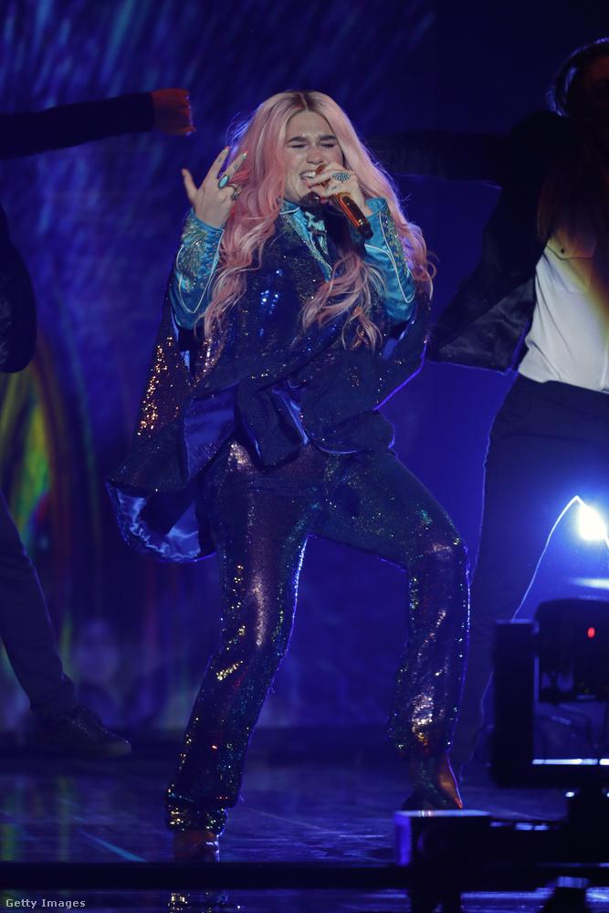 Kesha megjelenését jobb ötlet híján egy intergalaktikus csillámpónihoz tudnánk hasonlítani: