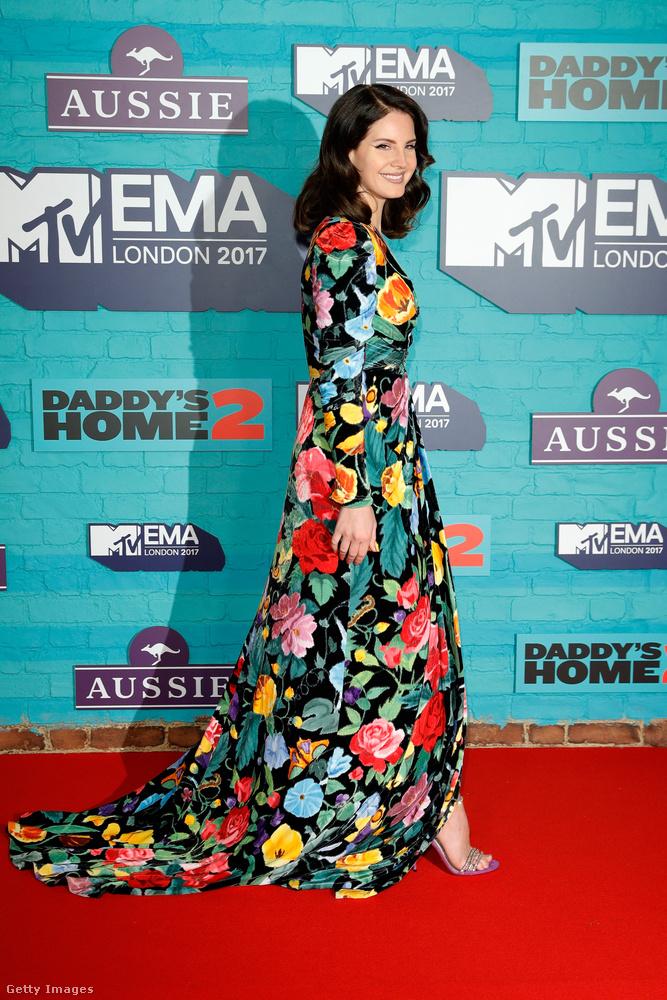 Lana Del Reyt nevezhetjük télikertnek, nénis kanapénak, vagy néhány száz évvel ezelőtti divatnak megfelelő tapétának is.