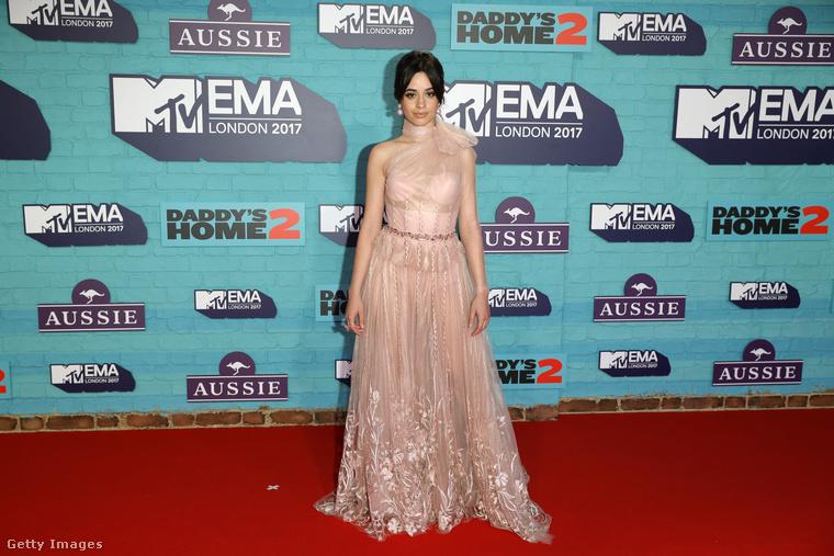 Camila Cabello énekesnő, aki miatt a Fifth Harmony énekegyüttes neve már hülyeség (öten voltak, ő kivált, nem pótolták), egy lánycsecsemő babaszobájának baldachinjába tekeredhetett bele,