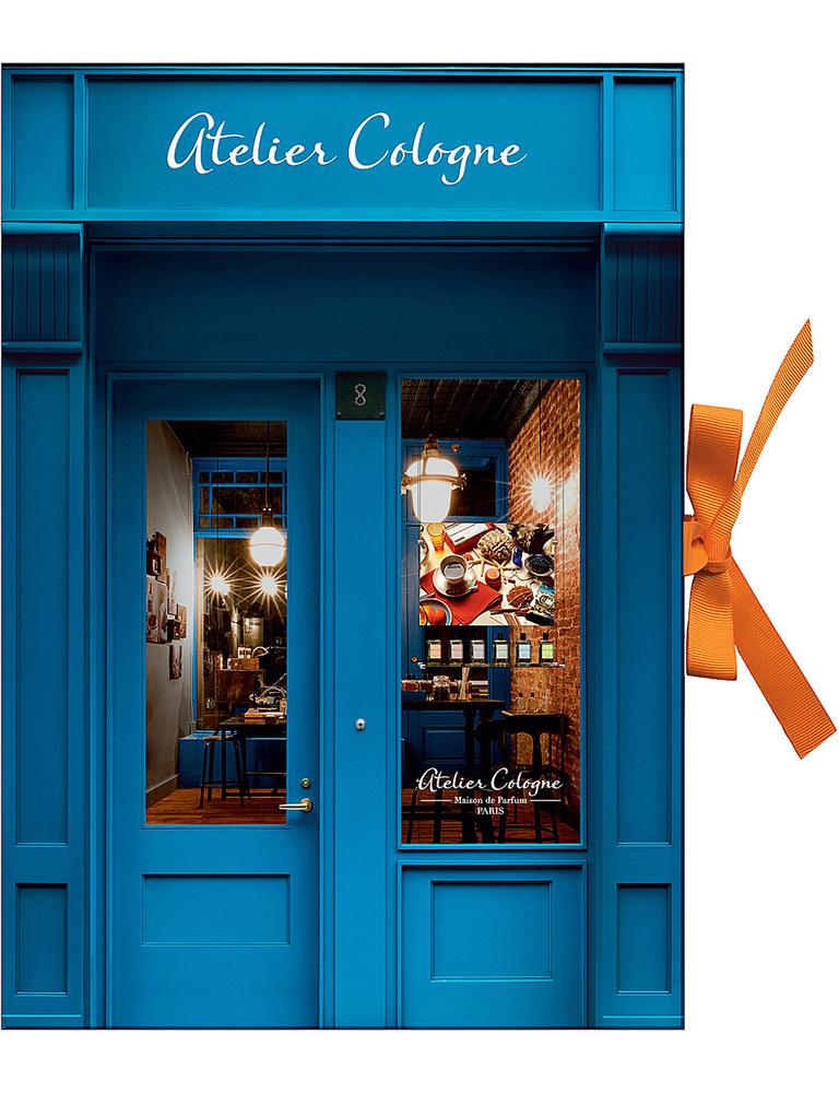 Illatszerekkel, szappanokkal, mini spraykkel és smink pamacsokkal töltötte fel látványos adventi dobozát az Atelier Cologne.