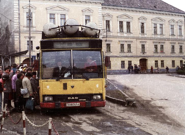 Gázüzemű busz a székelyudvarhelyi Márton Áron téren, 1989-ben