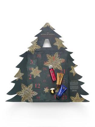 A Rituals két adventi naptárat is piacra dob idén, a 3D és 2D-s karácsonyfákon nemcsak különféle szépségápolási termékeket, de illat gyertyákat is találtok