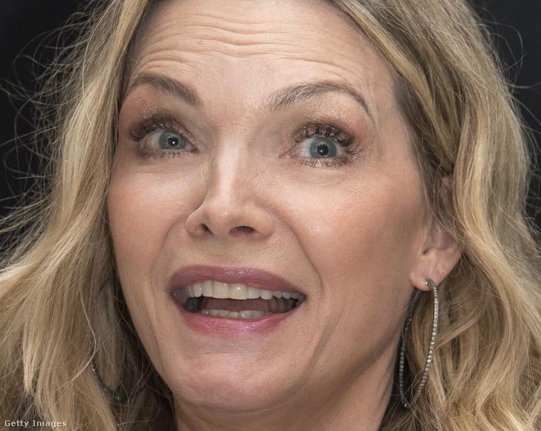 És mielőtt valaki mással kezdenénk foglalkozni, íme, egy olyan kép Pfeifferről, amelyen nem csak mosolyog, hanem őszintén, arckifejezéssel reagál valamire.Készült már önről ilyen kép? Biztosan
