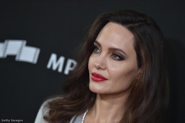 Angelina Jolie arcának-arcainak nemrég külön lapozgatót szenteltünk, kaptunk is érte rendesen, hiszen miért kell egy nő ráncait számlálgatni, bezzeg, ha férfi lenne?!Egyébként az ilyesmit a galériánk elején is hivatkozott tény miatt tartjuk érdekesnek: egyszerűen mindenki megérdemli, hogy tudja, mi a valóság, és mennyit változtatnak rajta, mire elé kerül.