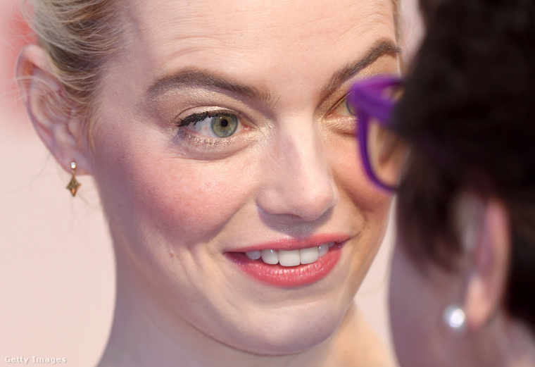 Az Oscar-díjas színésznőnek közelről nézve sem nagyon lehet hibát találni az arcán, de mit várunk, hiszen még csak 29 éves.
