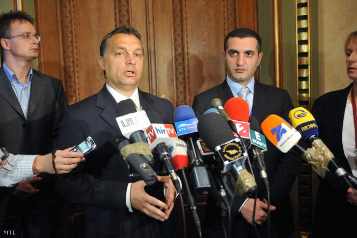 Orbán Viktor a Fidesz elnöke (b2) nyilatkozik a sajtónak miután megbeszélést folytatot Davit Kezerasvili grúz védelmi miniszterrel (j) aki az Észak-atlanti Szerzõdés Szervezete (NATO) védelmi minisztereinek informális találkozóján vesz részt Budapesten.