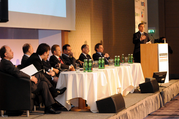 Orbán Viktor a Fidesz elnöke (j) elõadást tart a bécsi Euromoney konferencián a Hilton Viennában.