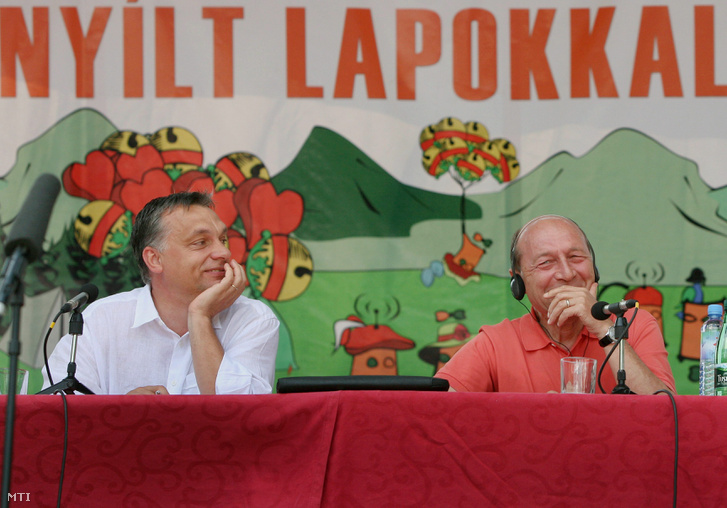 Orbán Viktor miniszterelnök (b) és Traian Basescu román államfõ elõadást tart a 21. Bálványosi Szabadegyetem és Diáktábor (Tusványos) pódiumán a romániai Tusnádfürdõn.