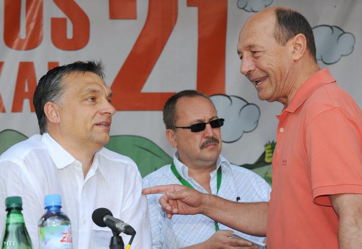 Orbán Viktor miniszterelnök és Traian Băsescu román államfő július 24-én, a 21. Bálványosi Szabadegyetem és Diáktáborban. A háttérben Németh Zsolt, a Külügyminisztérium parlamenti államtitkára.