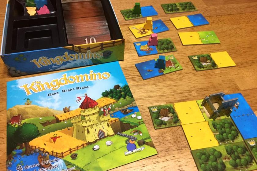 A Kingdomino a családi kategória első helyezettje lett. A stratégiai társasjáték lényege, hogy dominólapocskák segítségével minél értékesebb királyságot építsetek. Nyolcéves kortól ajánlott.