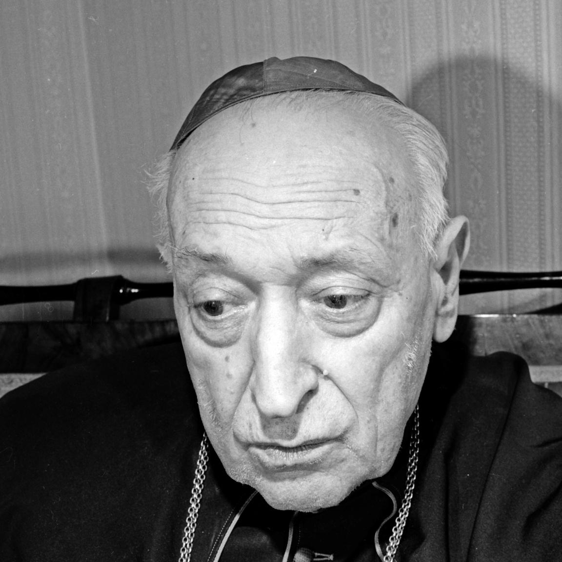 Mindszenthy József (1892-1975) esztergomi érsek arcán nem múltak el nyomtalanul a mozgalmas évtizedek.