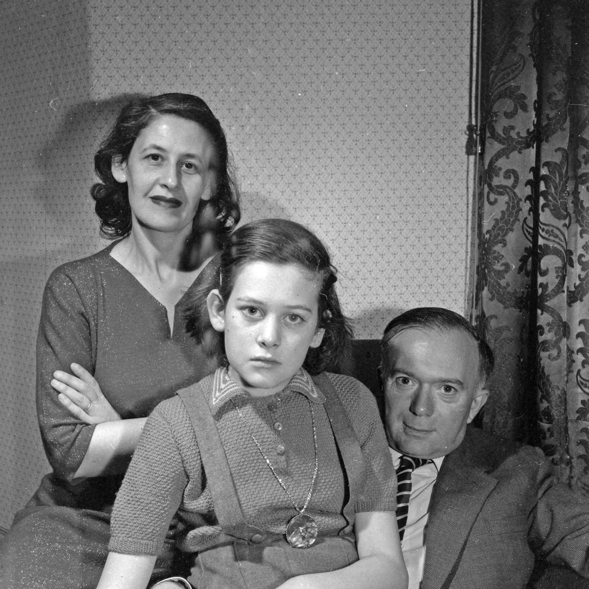 Balra Mikes felesége, Hanák Lea és a lányuk.