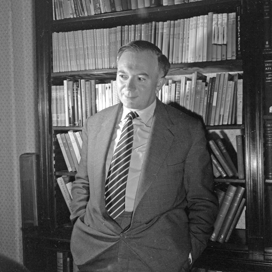 Valószínűleg több angol emlegeti könnyesre kacagott szemmel a George Mikessé lett Mikes György (1912-1987) egy-egy régi How to be... című kötetét, mint ahányan Magyarországon egyáltalán fel tudják idézni nevét és alakját. Rövid ideig ő írta Szinházi Élet híres Intim Pista rovatát. 1938-tól Angliába kiküldött tudósító és zsidó származása miatt nem is tért vissza, a BBC magyar osztályán dolgozott. Rendszeresen szerepelt a Szabad Európa Rádió magyar nyelvű adásaiban is.