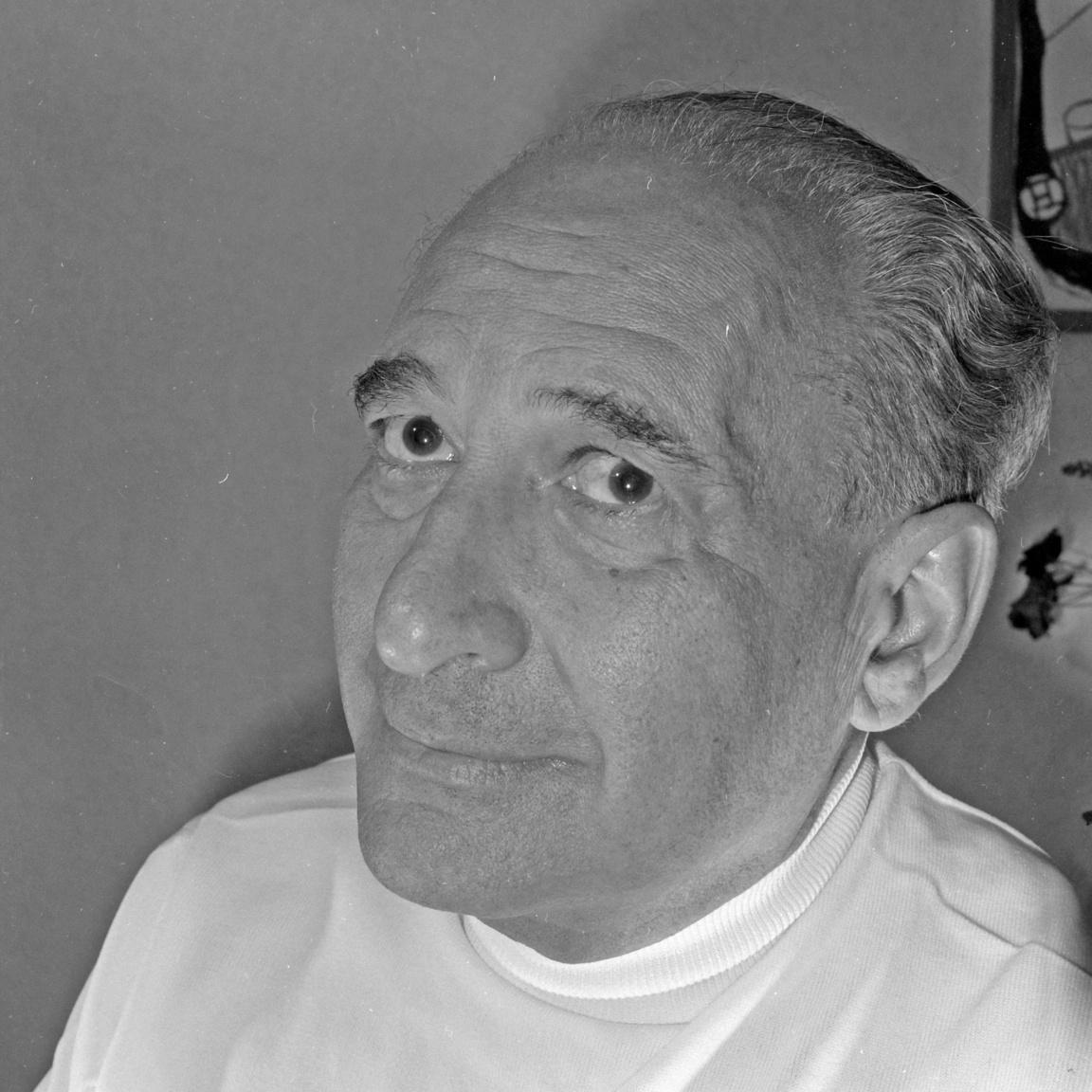 1956 októberében, Rajk László újratemetésének napján már más hangon szólt: Kucsera elvtársat, a tipikus pártbürokratát nevetségessé tevő cikke, majd november negyedikén a magyar írók nevében a nemzetközi közvéleményhez intézett segélykérése Déry Tibor mellé utalta az 1957-es nagy íróperben. Négy év után kegyelemmel szabadult, de színpadra nem kerülhettek művei és sokakhoz hasonlóan fordításból élt. De külföldön nem felejtették el, börtönévei alatt Nobel-díjasok és francia sztárok sora követelte szabadon bocsátását. Így nem volt meglepő, hogy a házaspár egyik külföldi útjáról inkább nem tért haza és Háy ismét Svájcban telepedett le.