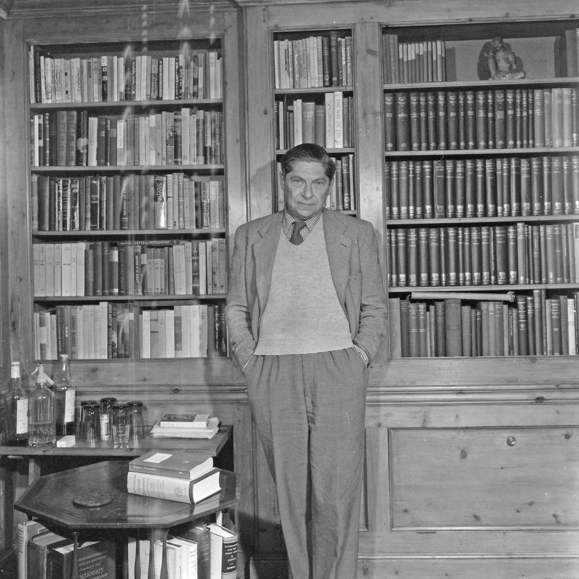 Arthur Koestler (1905-1983) londoni könyvtárszobájában. A világhírű Sötétség délben című regény szerzője Budapesten született, a többvariációs Keszler, Köszler, Kösztler nevekből egy Teleki téren beszerzett ékezettelen írógépnek köszönhetően lett Koestler. Élete és halála kész regény.
