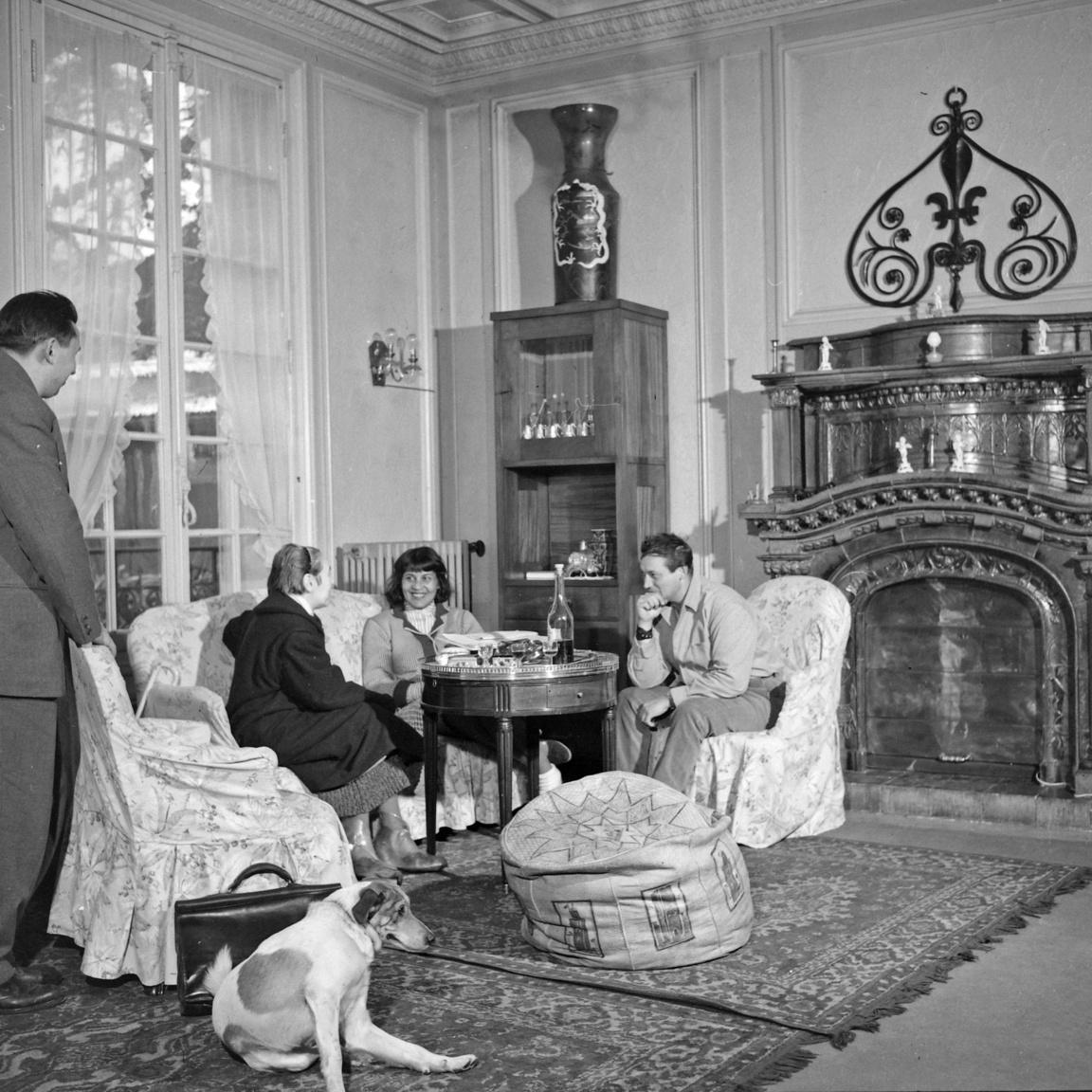 Elkapott pillanat a Cziffra házaspár franciaországi kastélyában. A zongoraművész mellett balra felesége, az egyiptomi származású Soleika.