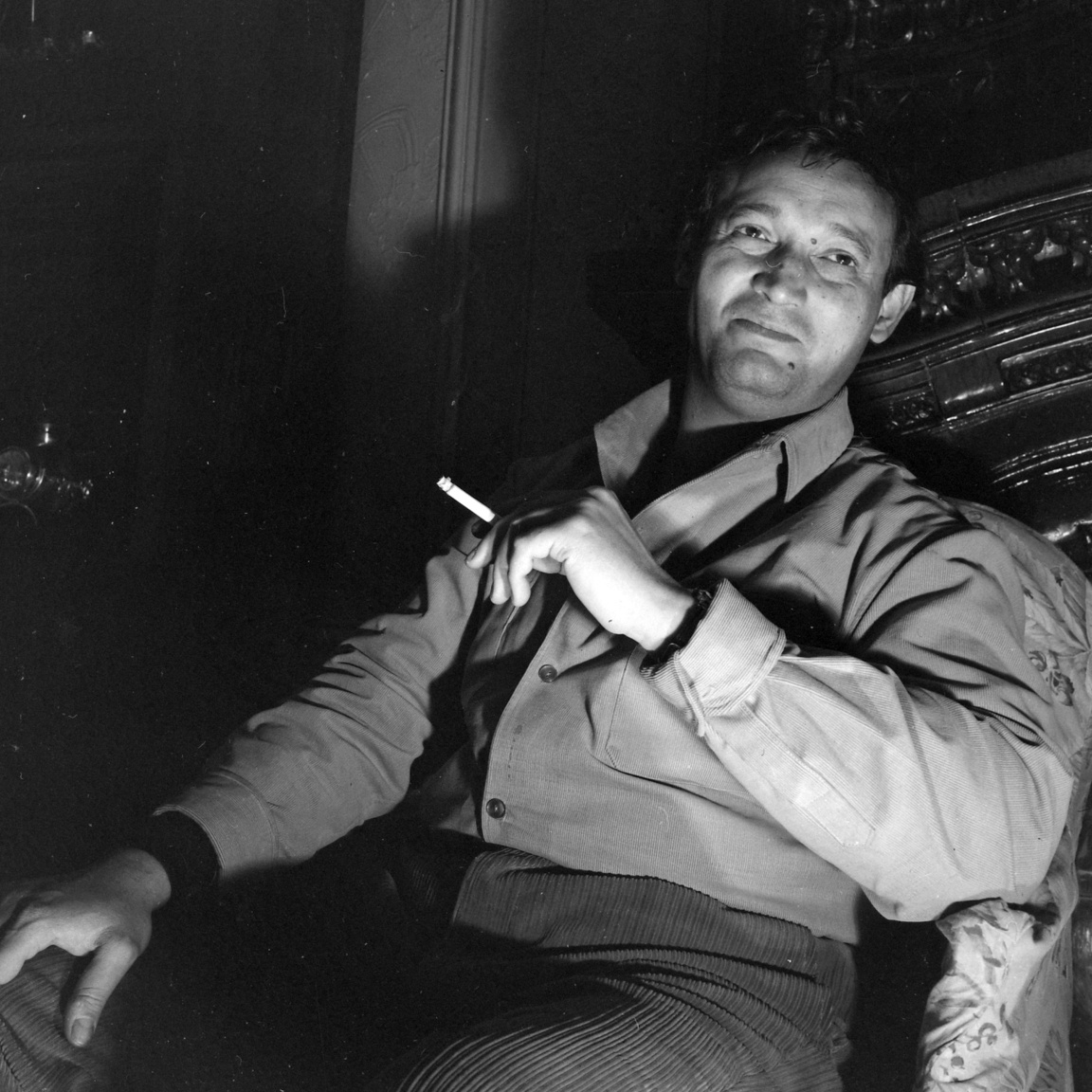 Cziffra György (1921-1994) zongoraművész Forgács lámpái előtt, franciaországi otthonában. Tragédiák és sikerek hullámzásából álló életét Ágyuk és virágok című könyvében írta le.