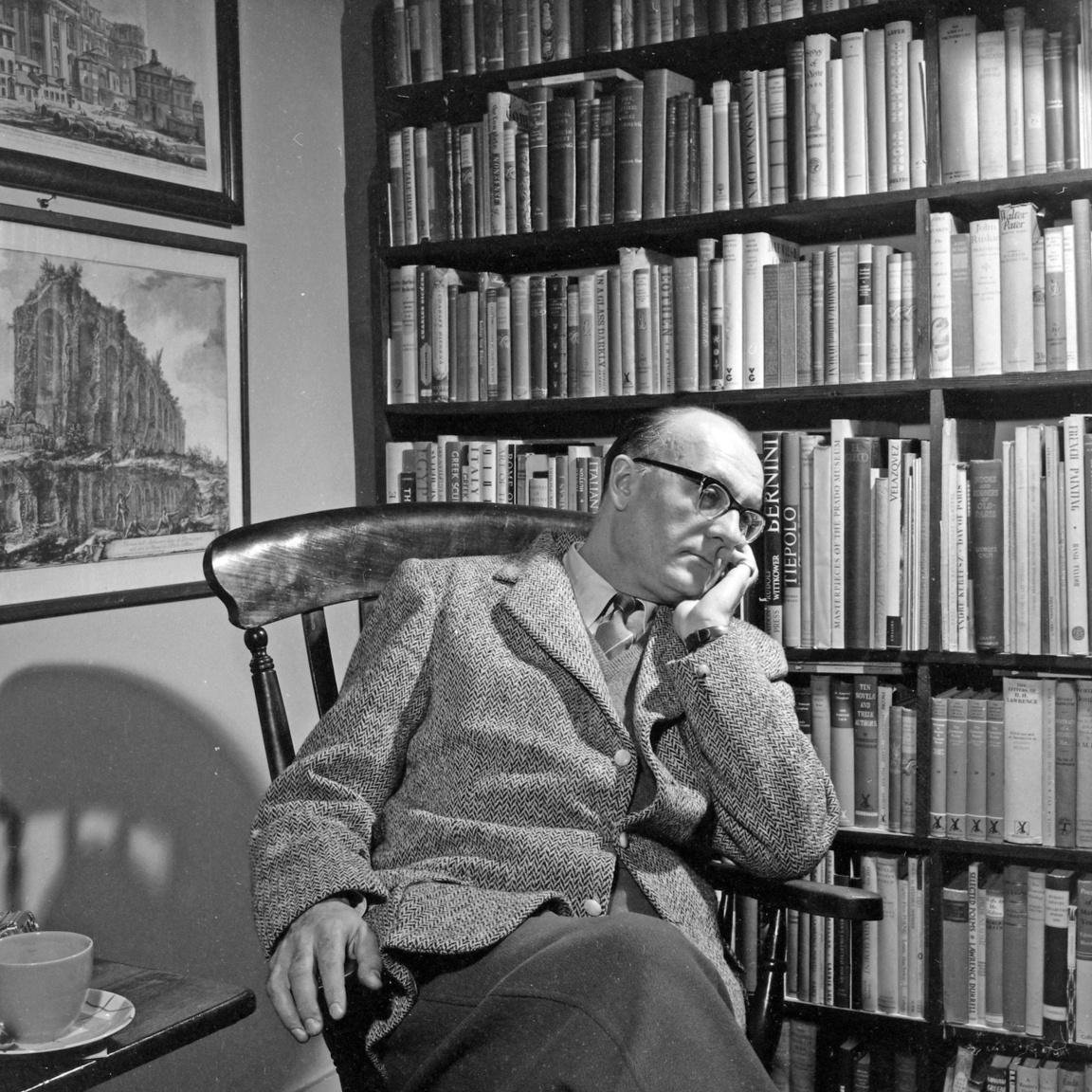 Az író, esszéíró, kritikus Cs. Szabó László (1905-1984) és sokadik könyvtára Londonban. Csé első könyvtárát a világháború, másodikat az emigrációja sodorta el, de úgy tűnik, hiába határozta el, hogy soha nem lesz háromszáznál több könyve. Legendásan széleskörű műveltségét a párizsi Sorbonne-on szerezte, a Nyugat folyóiratban mutatta be Szerb Antal és Halász Gábor oldalán. Emigrációja 1948-ban kezdődött, amikor nem tért vissza itáliai tanulmányútjáról. Róma és Firenze után London következett, itt élt haláláig. Dolgozott a BBC magyar osztályán és a Szabad Európa Rádiónak, mindvégig nagyon fontos szerepet vállalt a nyugati magyar irodalom összefogásában.