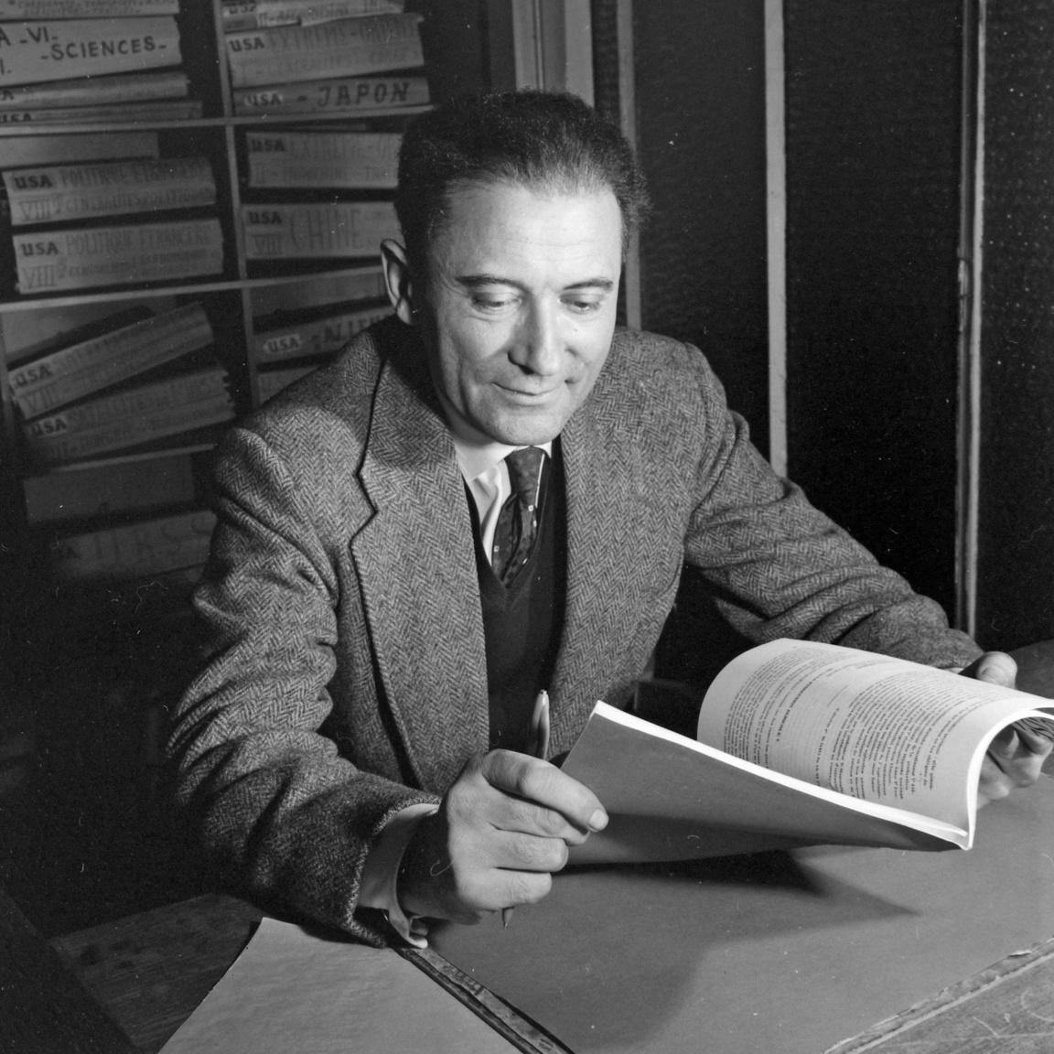 """A publicista és történész Fejtő Ferenc (1909-2008) az AFP francia hírügynökség szerkesztőségében. Fejtő a harmincas évek óta élt Franciaországban, kétszer annyit Párizsban, mint Budapesten és Nagykanizsán. A """"Század Utasa"""" számtalan, Nyugaton népszerű könyvet és tanulmányt írt az 1956-os forradalomról. Négy évtized után, Nagy Imre és társainak újratemetésén járt először Magyarországon."""
