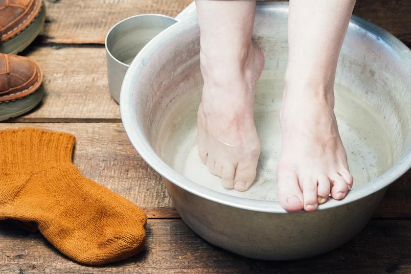 A láb- és körömgomba ellen is hatékony a szájvíz, főleg szalicil-, alkohol- és eukaliptusztartalma miatt. Egy közepes lavórnyi lábfürdőbe tegyél két kupak szájvizet, és áztasd a lábad harminc percig.