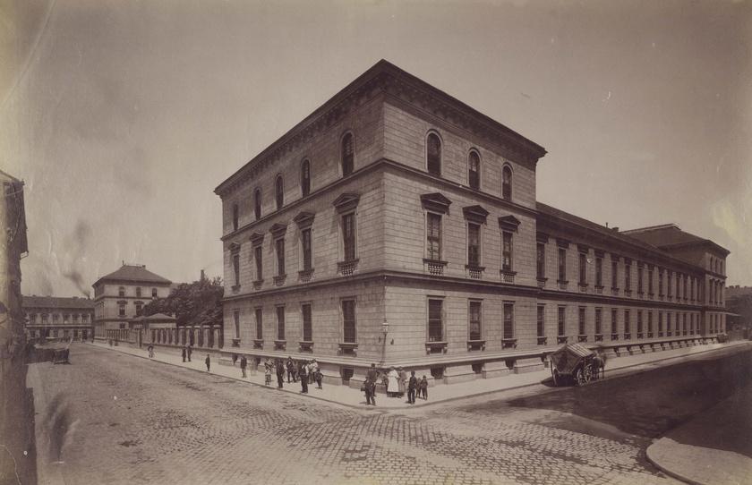 Az Erzsébet Kórház 1900 körül Erzsébet szegényápoló házként működött, és a rászorulókat gyógyították a falak között. Az épület meglepően takaros.