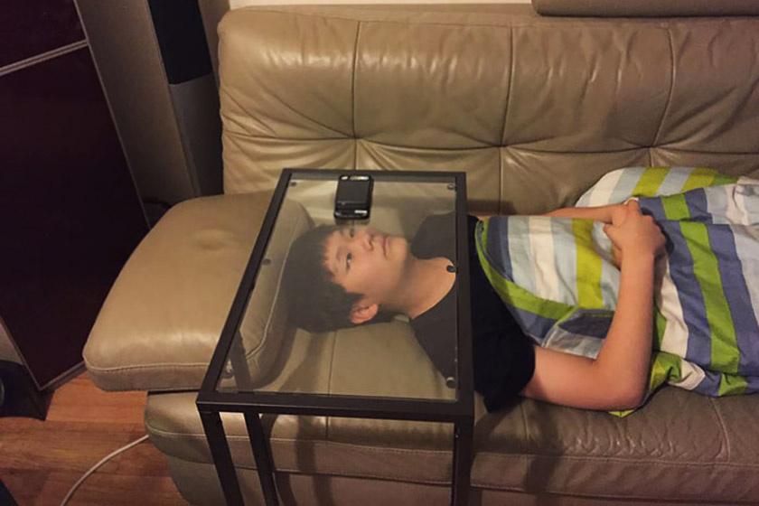 Hogyan nézz kényelmesen rajzfilmet a telefonodon? Csak egy üvegasztal kell hozzá.