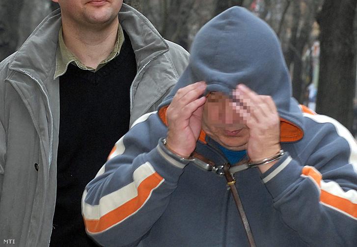 Halász Istvánt, Kunbaja polgármesterét a Kecskeméti Városi Bíróságra vezetik 2006. december 21-én, mert a rendőrségi nyomozás eddigi adatai alapján többek között őt gyanúsítják a Németországból illegálisan behozott bálázott szemét ügyében. A Kecskeméti Városi Ügyészség indítványa alapján a bíróság harminc napra előzetes letartóztatásba helyezte Halász Istvánt és további három gyanúsítottat.