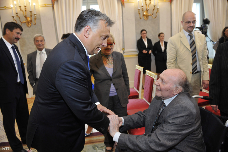 Orbán Viktor miniszterelnök gratulál Kertész Imre Nobel-díjas írónak aki átvette a Magyar Szent István Rendet Áder János köztársasági elnöktől (b) Budapesten a Sándor-palotában 2014. augusztus 20-án.