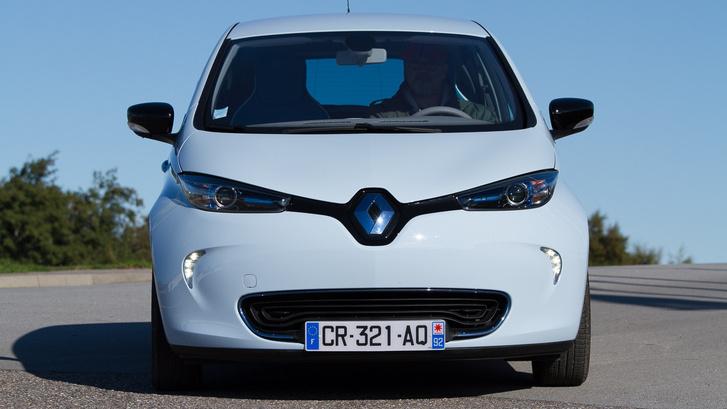 Vicsorog. A kis villany-Renault majdnem 160 centi magas