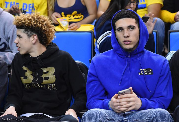 LiAngelo Ball (jobbra) öccse, LaMelo mellett a UCLA egyik mérkőzésén