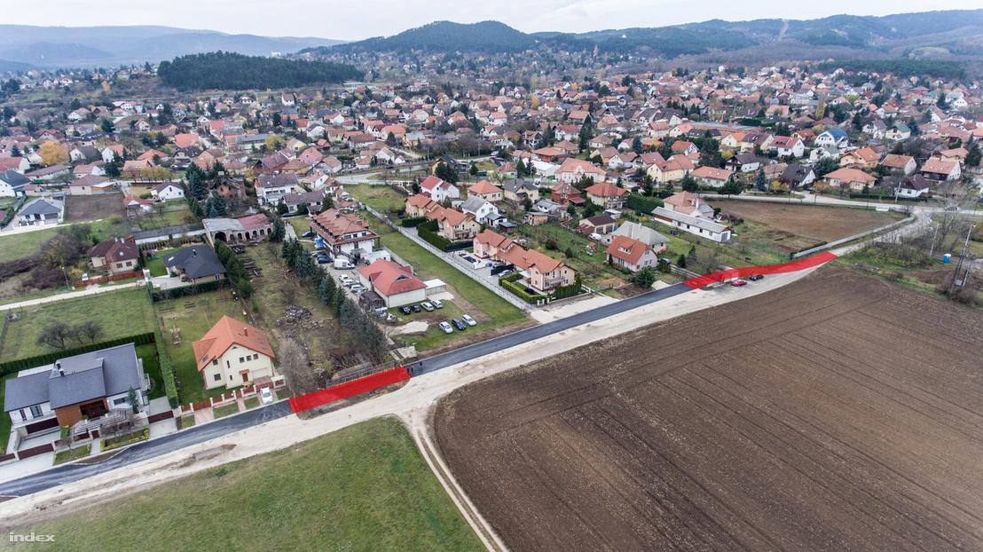 Drónfelvétel az érintett útról. A meg nem épült vitás területen futó szakaszokat pirossal jelöltük.