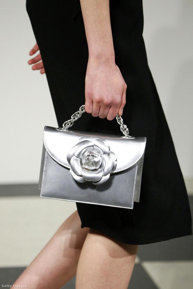 Ezüst táska rózsával az Oscar de la Renta kifutóján.