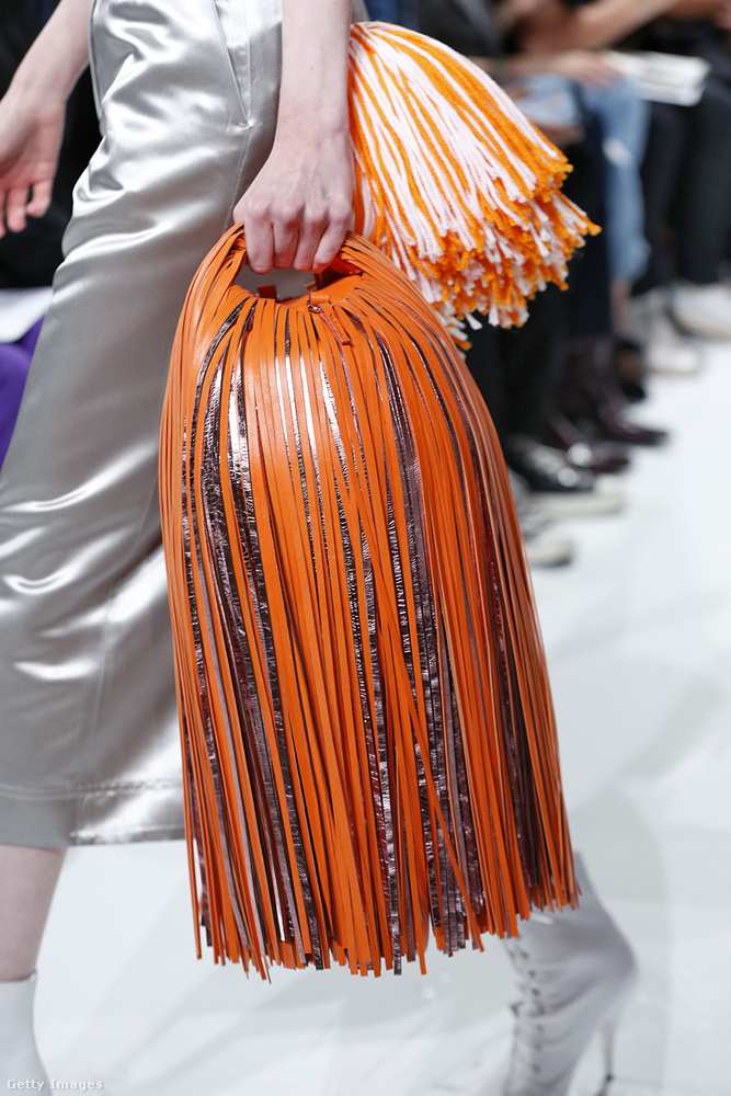 Pompom lánynak álcázott táska  a Calvin Kleintól.