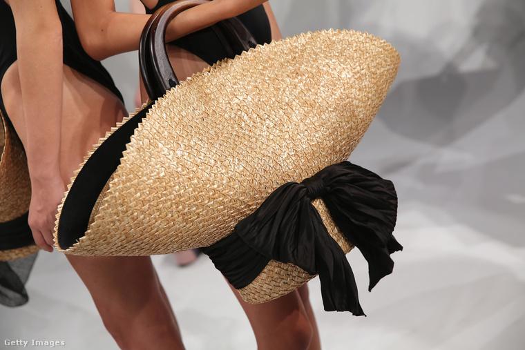 Szalmakalap táska az Eugenia Kim kollekciójában.