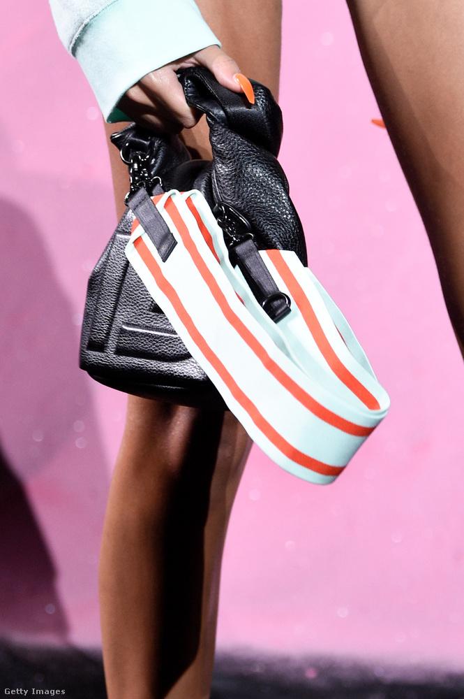 Várhatóan tényleg divatba jönnek majd ezek a vastag pántos táskák.