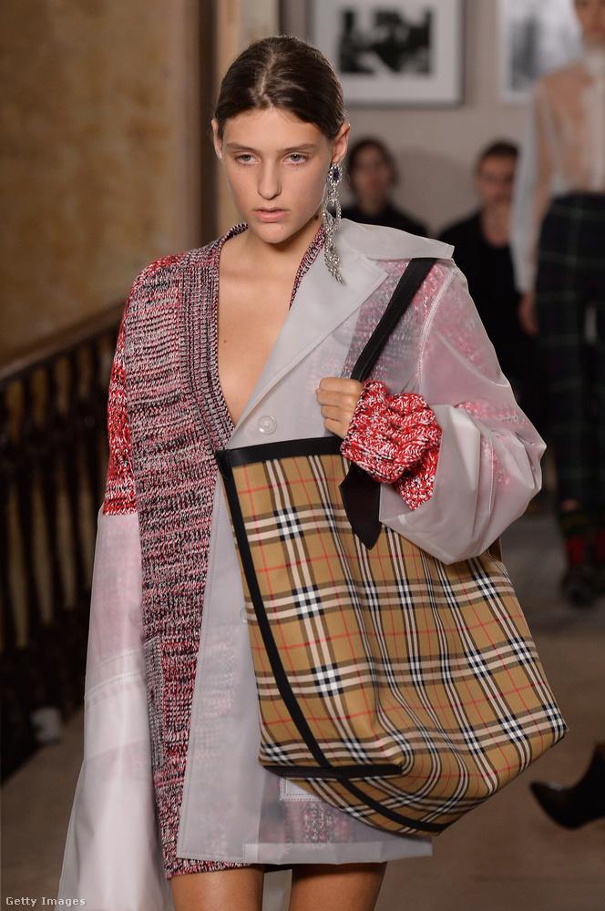 A Burberrynek is megtetszettek a túlárazott Szíj Melinda féle Balenciaga szatyrok.