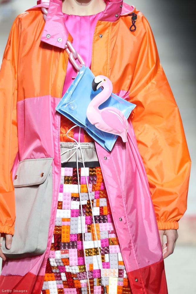 Nagy kedvencünk Mary Katrantzou flamingós táskája.