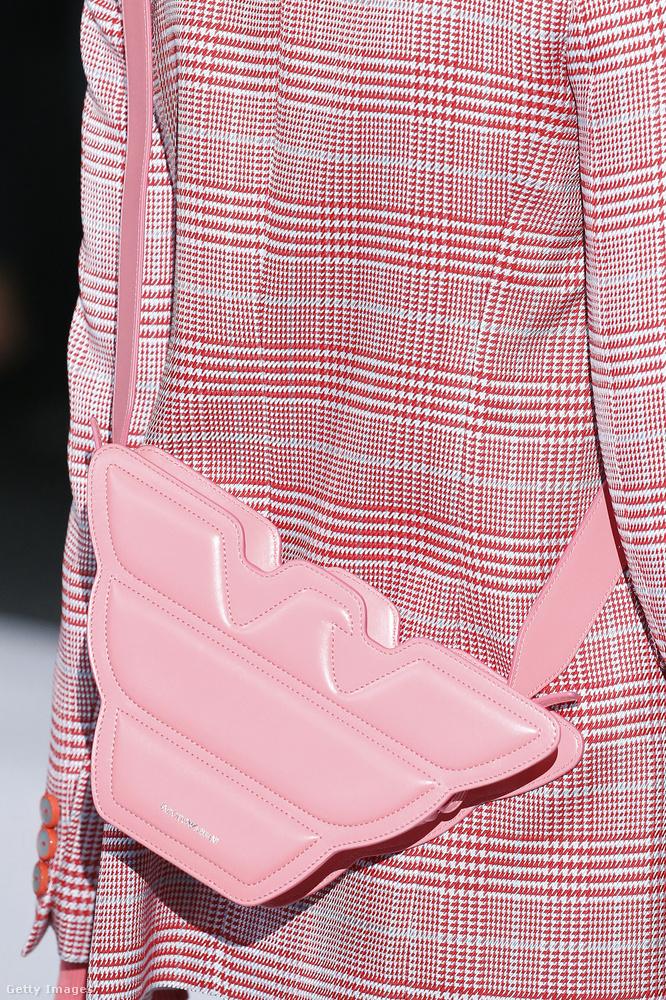 Fagyirózsaszín táska az Emporio Armanitól.