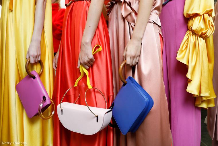 Fémkarikával kombinált színes táskák a Roksanda kollekciójában.