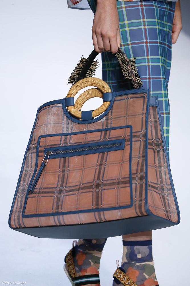 A Fendinél is megjelentek a túlméretezett kockás táskák.