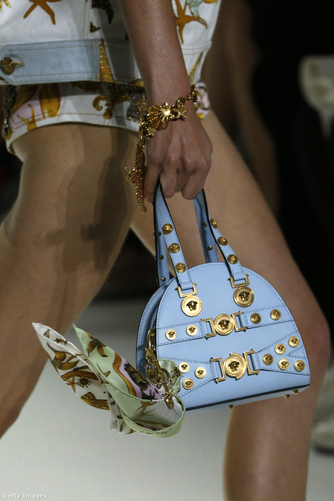 Cukorka kék táskát tervezett a Versace.