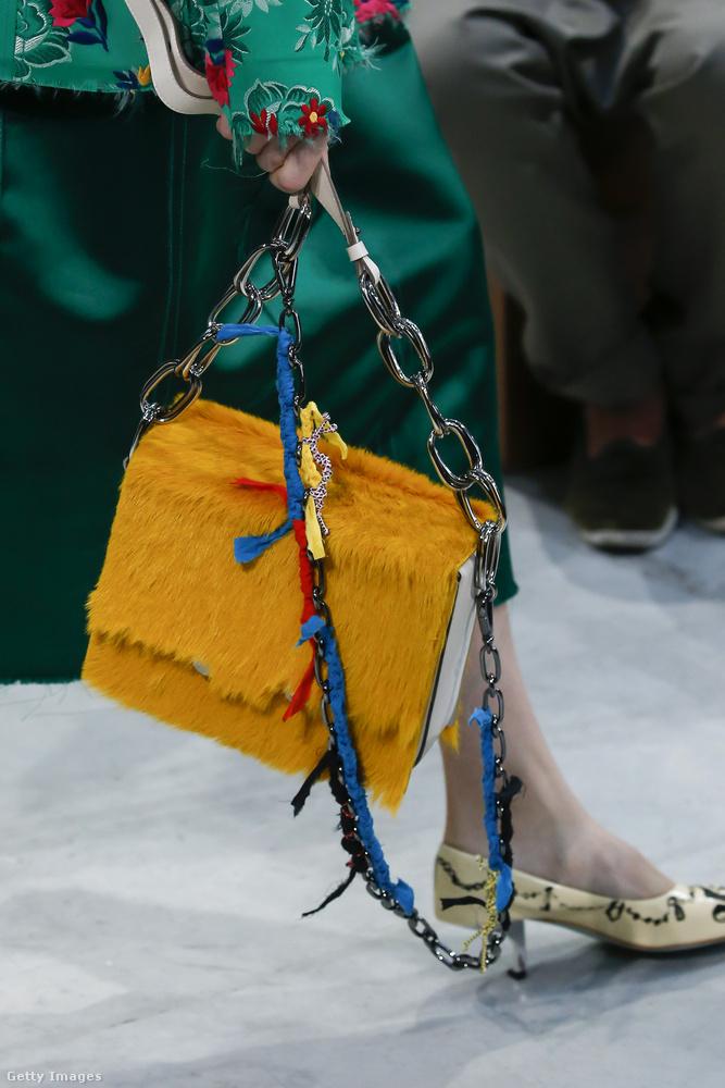 A Marni szerint inkább a lánccal kombinált sárga táska lesz a divat a nyáron.