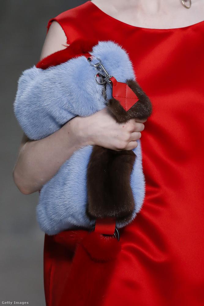 Kék szőrmével bevont táska a Marnitól