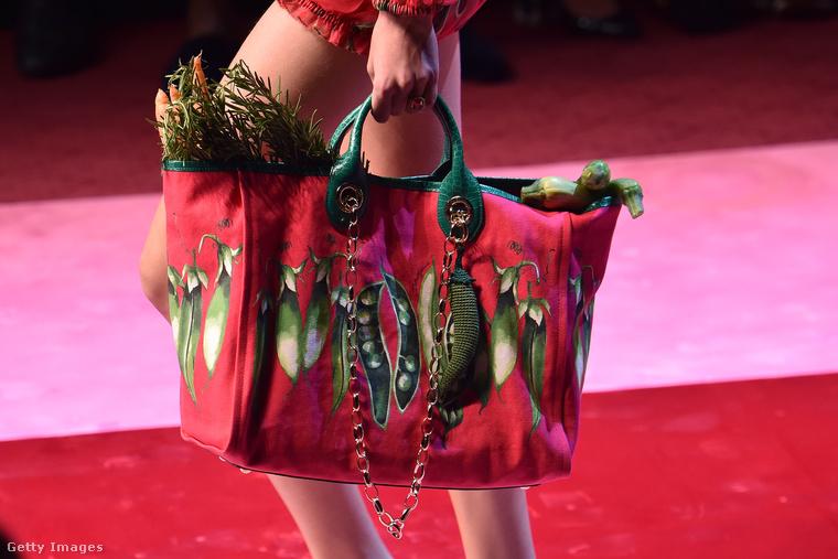Vajon hány ilyen padlizsános strandtáskát adhat el a Dolce & Gabbana egy szezonban?