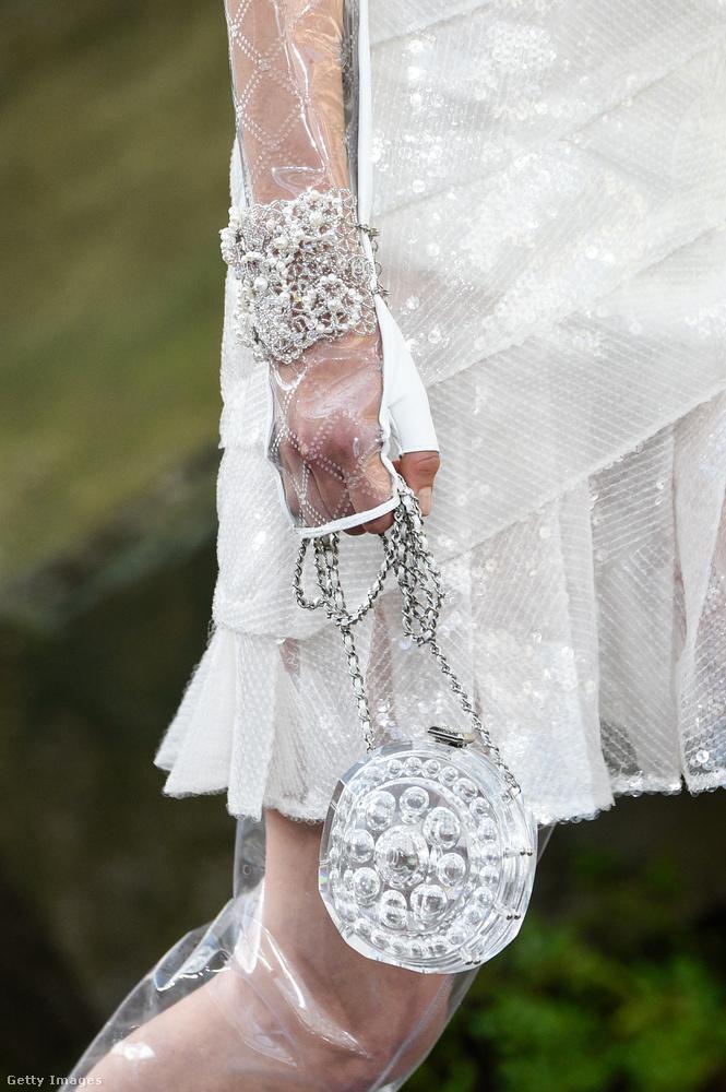 Vajon mit kell tartani egy ilyen Chanel üvegcse táskában?