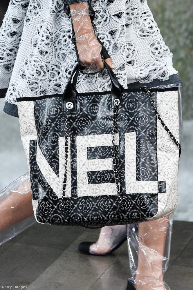 A Chanelnél is megjelennek az óriás logóval ellátott bevásárló szatyor-szerű luxustáskák.