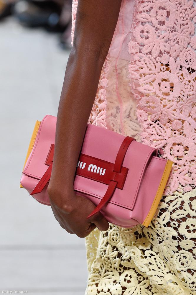A Miu Miu sem hagyta ki a rózsaszín kiegészítőket.