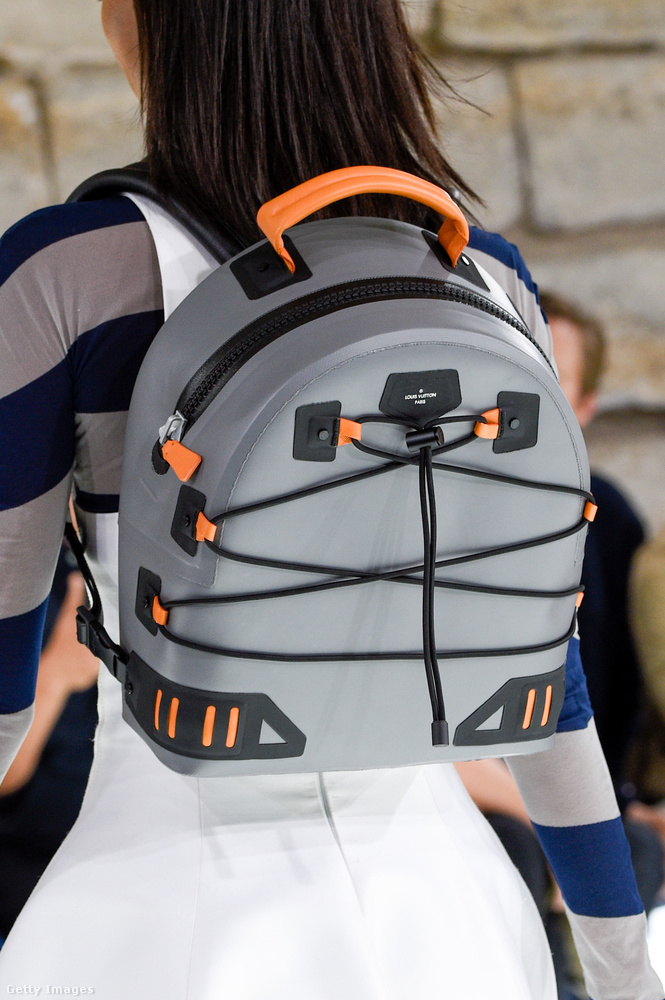 Egy komolyabban összerakott, túrázós hátizsák a  Louis Vuitton kifutóján.