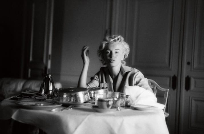 1954 szeptemberében készült ez a fotó a színésznőről a hotelszobájában. Mivel Greene ekkorra már a közeli barátja volt, még azt is megengedte neki, hogy smink nélkül fotózza le.